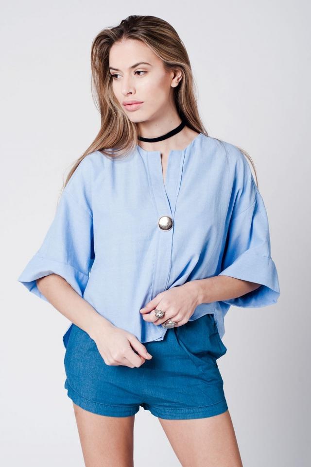Chemise bleu en coton avec broche