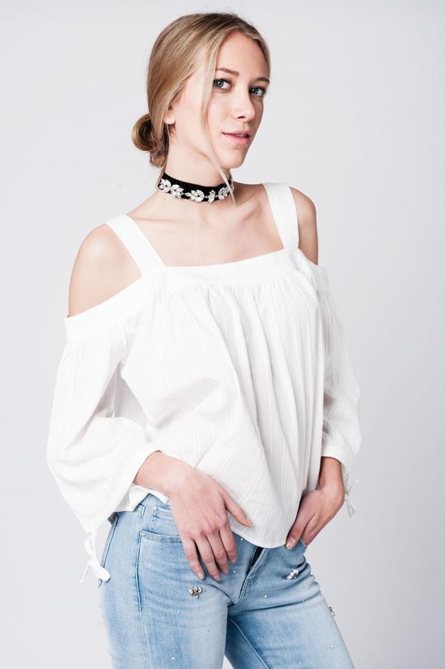 Top de croche blanco con mangas amplias y hombros al aire