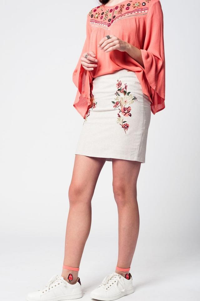 Mini-jupe lin beige avec broderie florale sur le devant