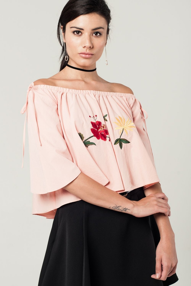 Crop top rose avec fleurs brodées et épaules dénudées