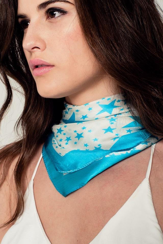 Echarpe blanche avec des étoiles imprimées en turquoise