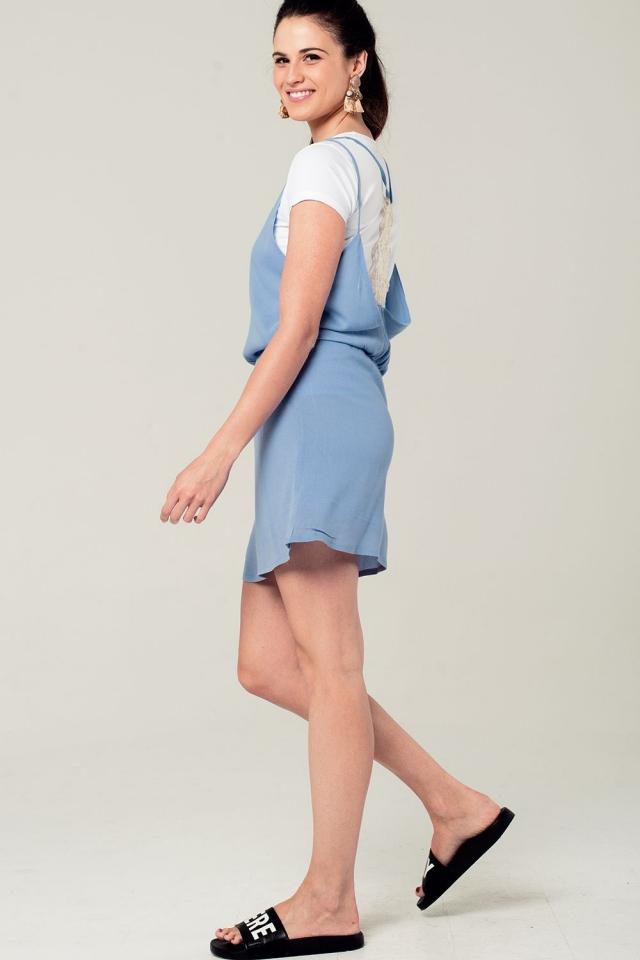 Mini robe bleue avec détail en crochet dans le dos