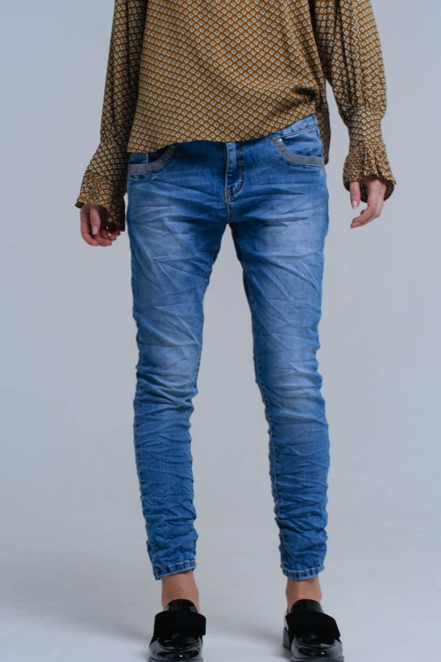Jean skinny bleu avec des détails de paillettes