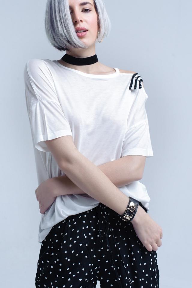 T-shirt blanc avec une épaule ouverte