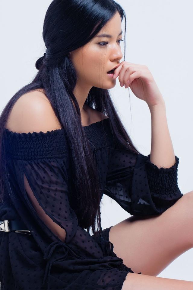 robe noire avec petite broderie