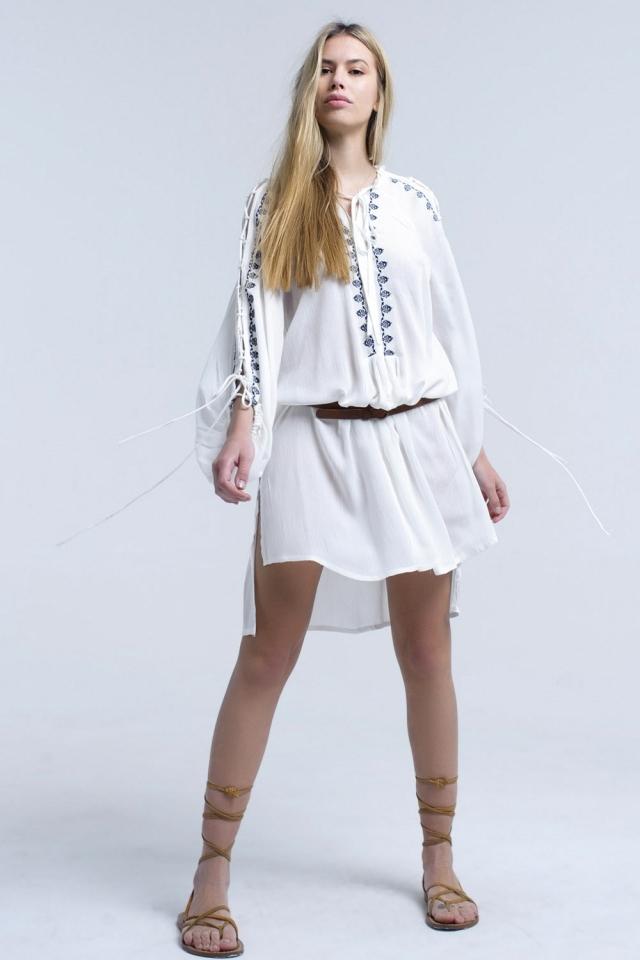 Robe blanche brodée avec des manches ouvertes