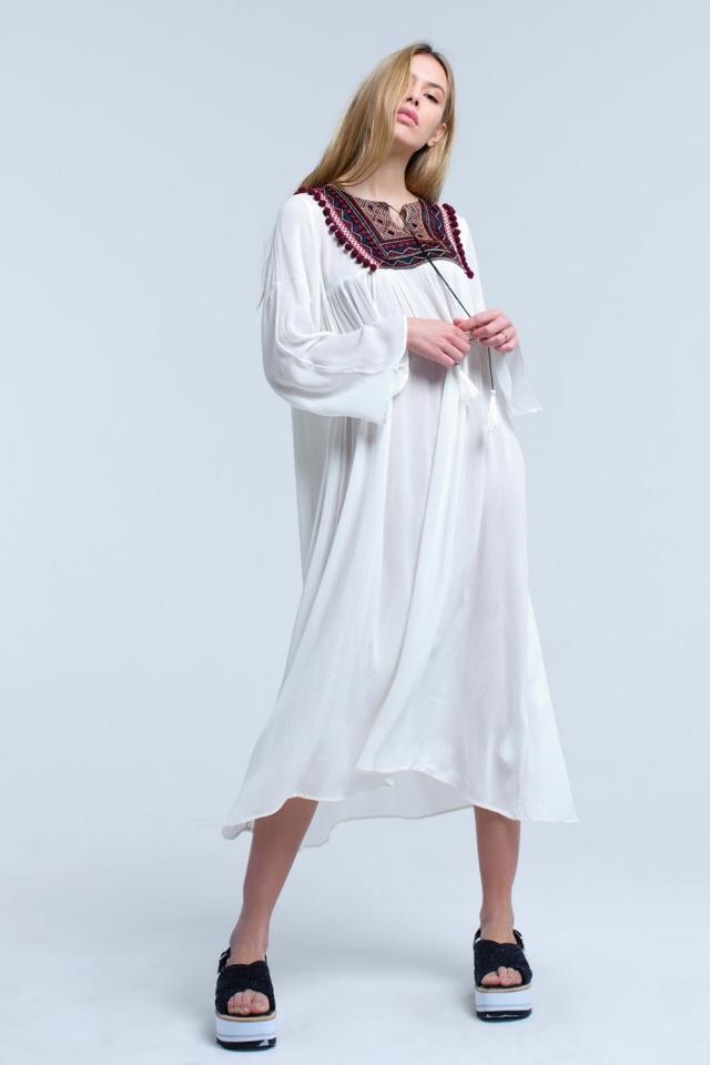 Robe midi blanche avec des pompons et des détails brodés