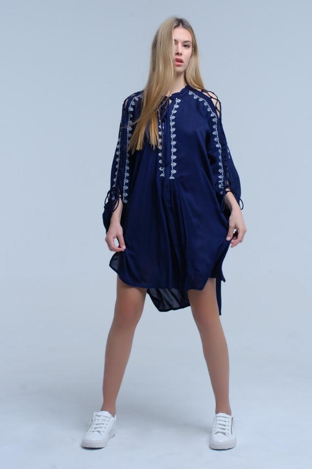 Robe brodée bleu marine à manches ouvertes