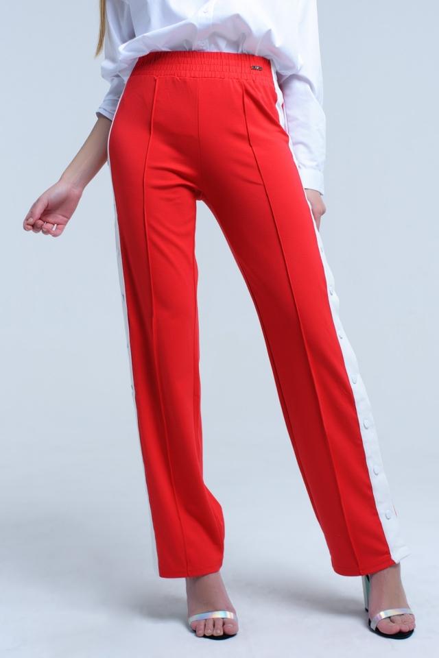Pantalon rouge avec ouvertures latérales et crochets