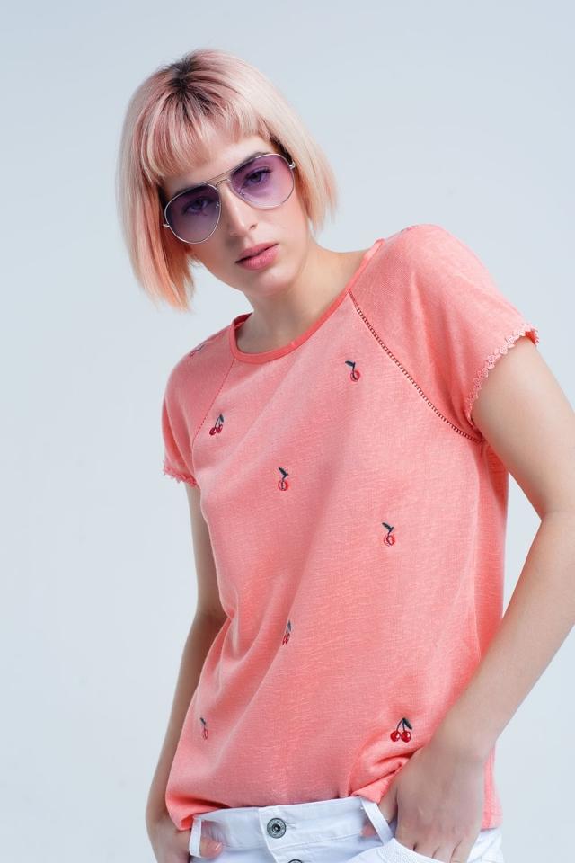 T-shirt corail avec broderie rouge cerise