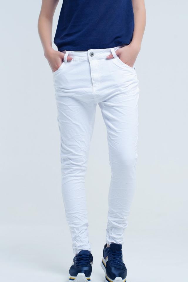 Jean blanc froissé avec des poches