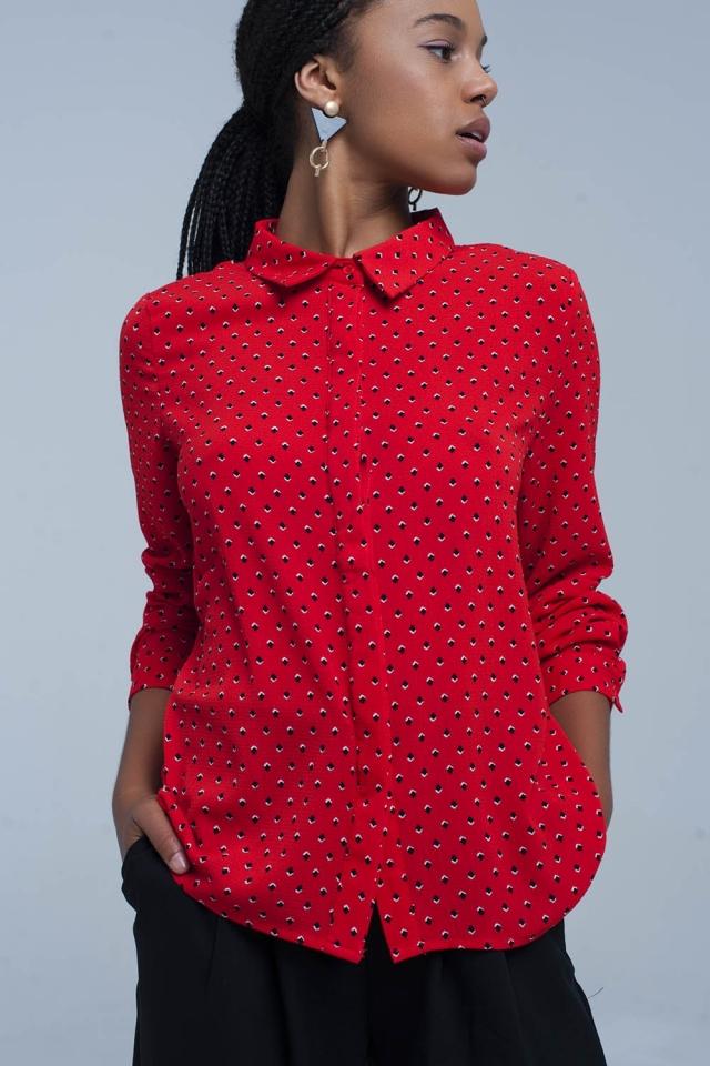 Chemise rouge à pois bleus