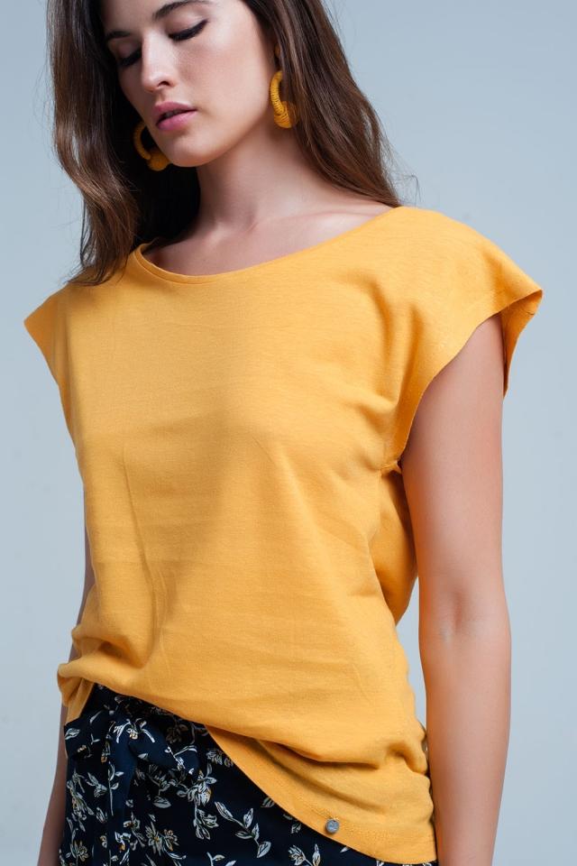 T-shirt jaune avec encolure dégagée
