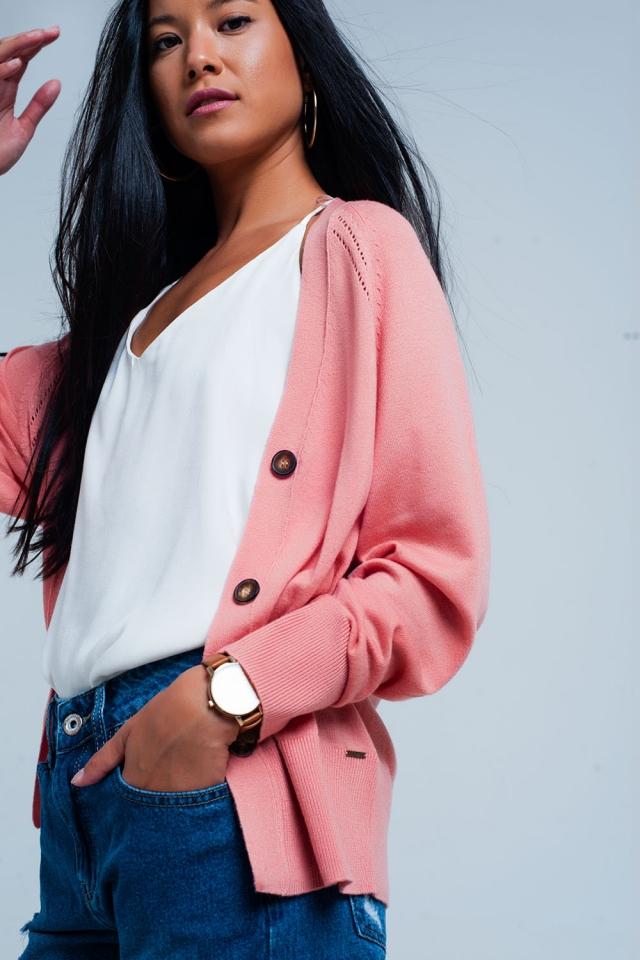 Cardigan rose avec des boutons et coutures edgy