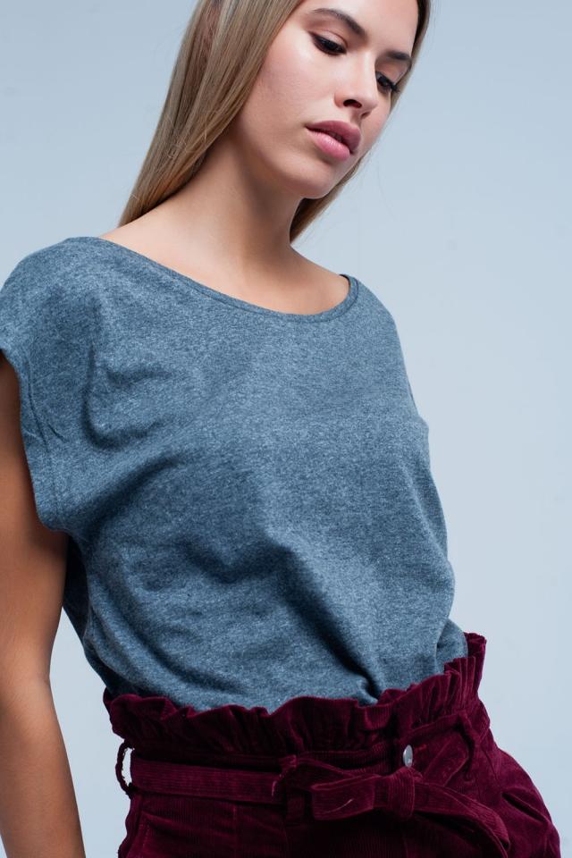 T-shirt grise avec encolure dégagée