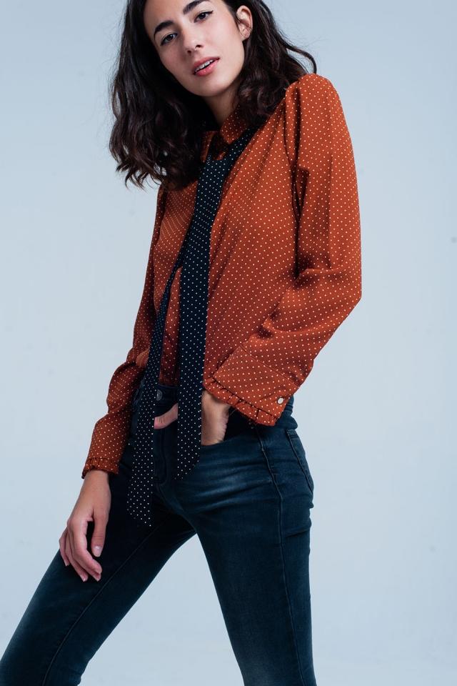 Chemise orange à pois avec cravate noir