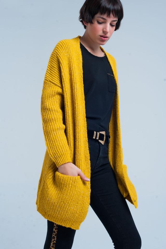 Cardigan tricoté de couleur moutarde