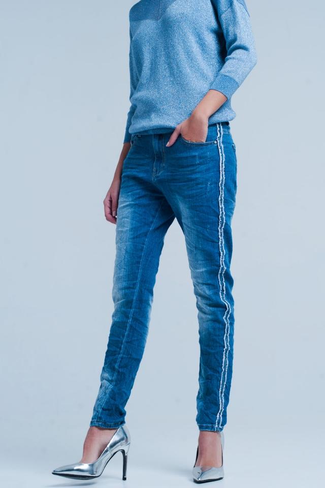 Jeans bleu avec rayure côté effiloché