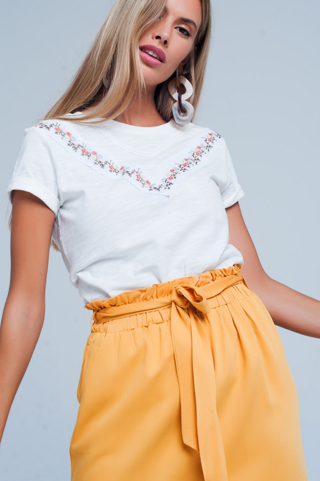 T-shirt blanc à fleurs brodé