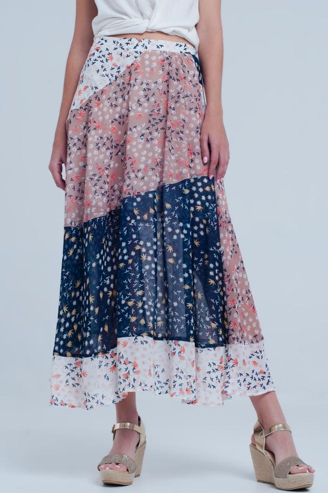 Jupe bleu mi-longue coupée en biais avec fleurs de prairie