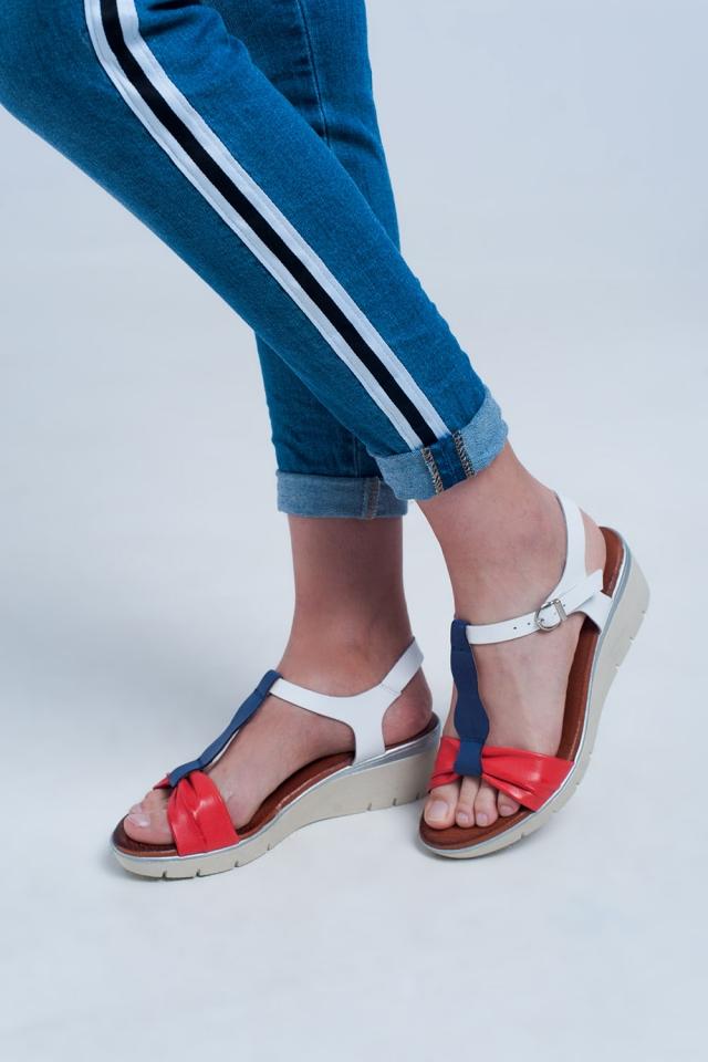 Sandales compensées rouge et bleu