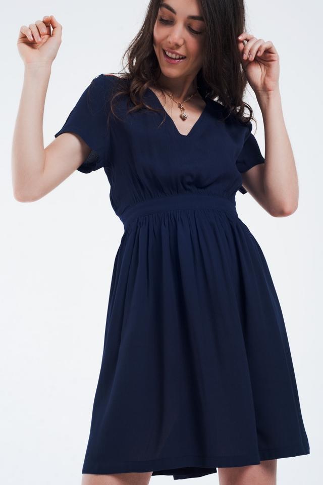 Mini robe bleu marine avec vol et détail sur les épaules