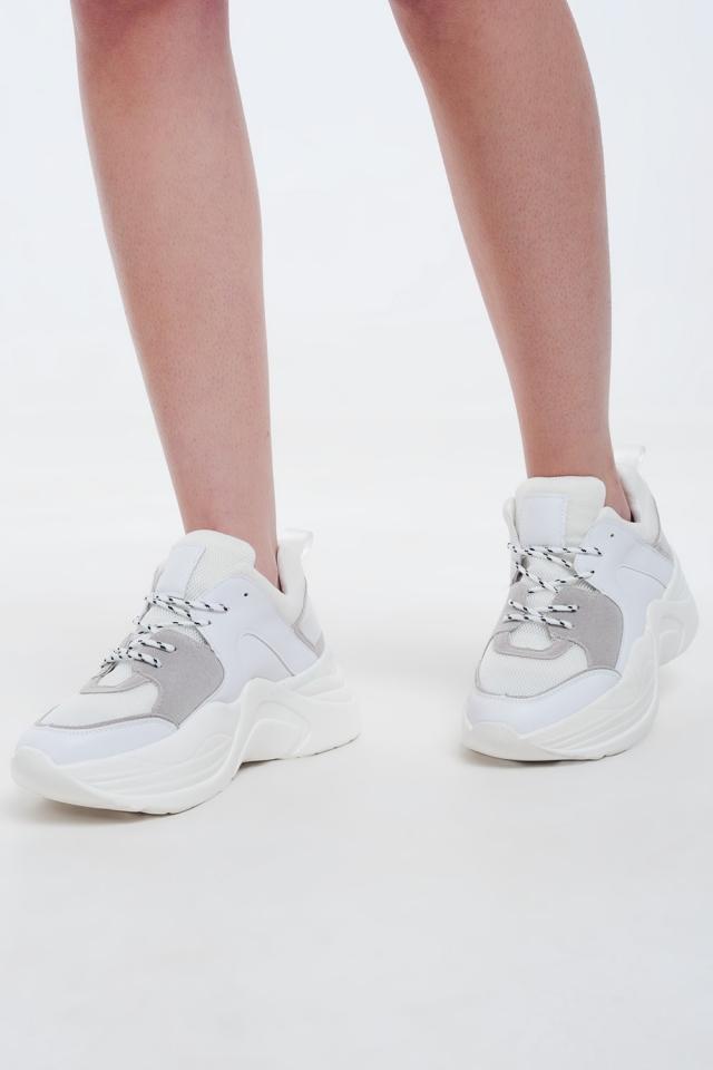 Baskets blanches avec détails gris et crème