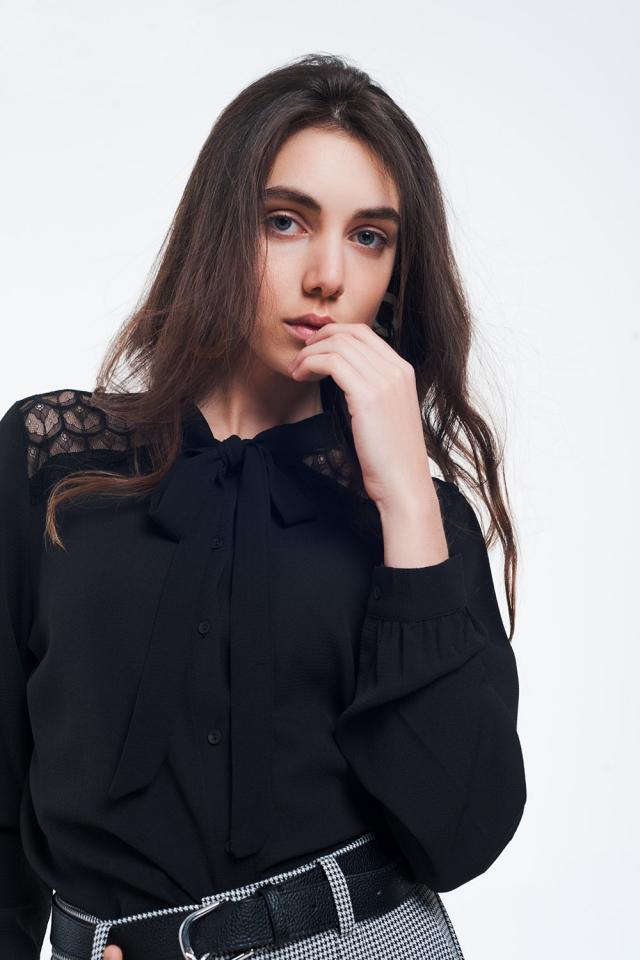 Chemise noire boutonnée avec détail en dentelle