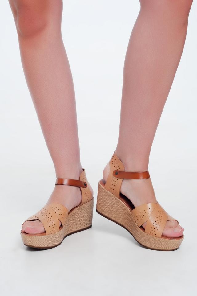 Sandales beige montantes en cuir avec talon compensé