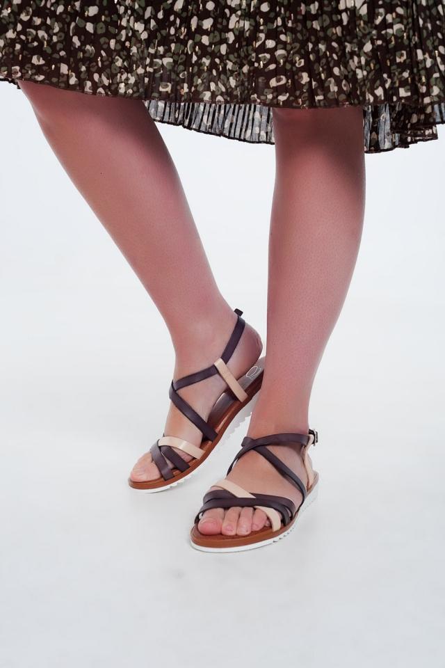 Sandales plates avec sangles croisées et de la cheville nouée brun