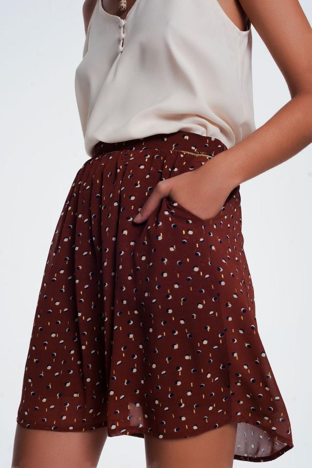 Mini-jupe marron à plis creux imprimé pois et griffonnage