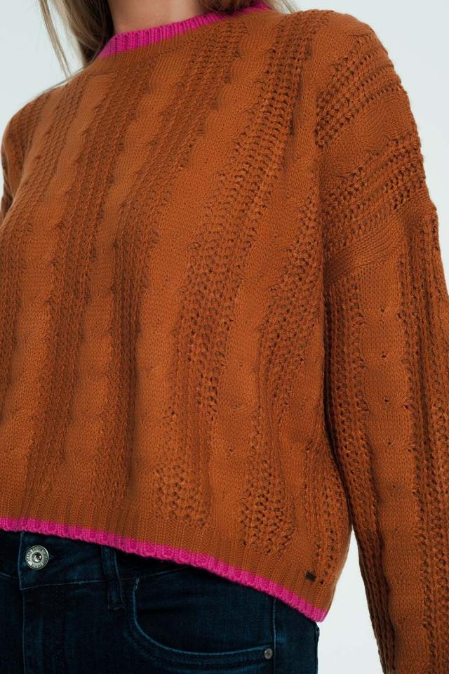 Pull marron en maille torsadée avec bordures à rayures contrastantes
