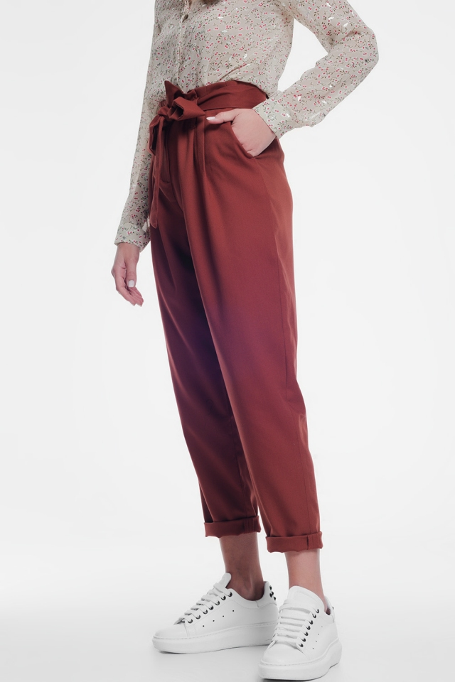 Pantalon orange avec une ceinture