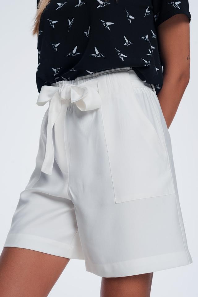 Short avec ceinture crème