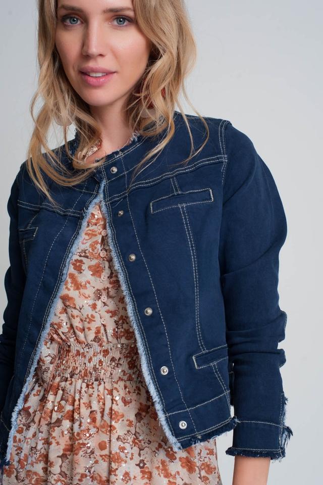Veste en jean avec détails blancs et clous en bleu délavé foncé