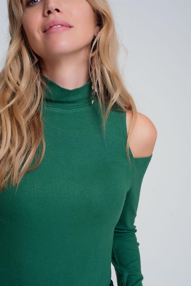 Pull vert avec une épaule ouverte et un col montant