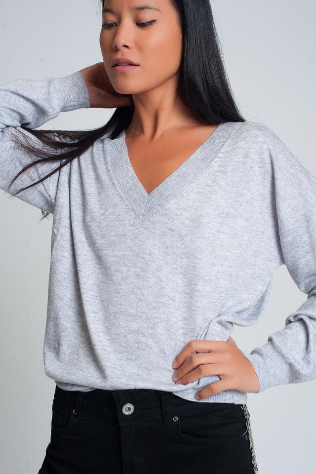 Pull gris en tricot fin avec col en V