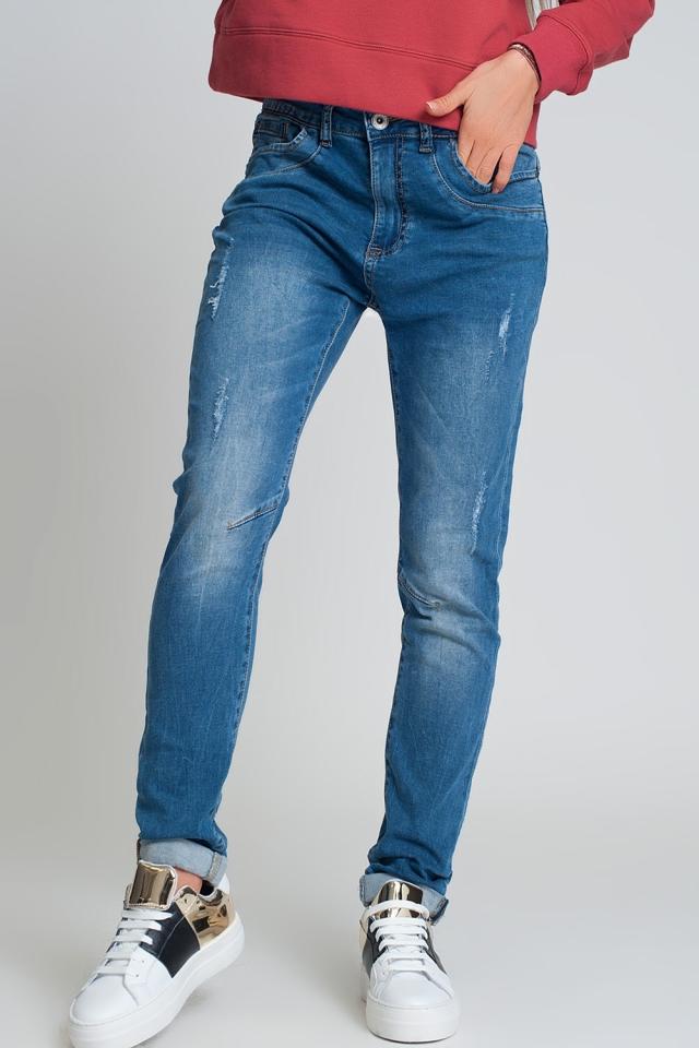 Jeans bleu du boyfriend en détresse