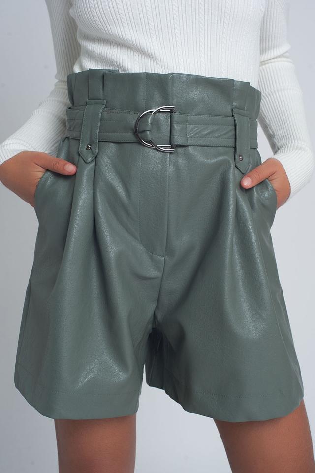 Short en imitation cuir avec ceinture en vert