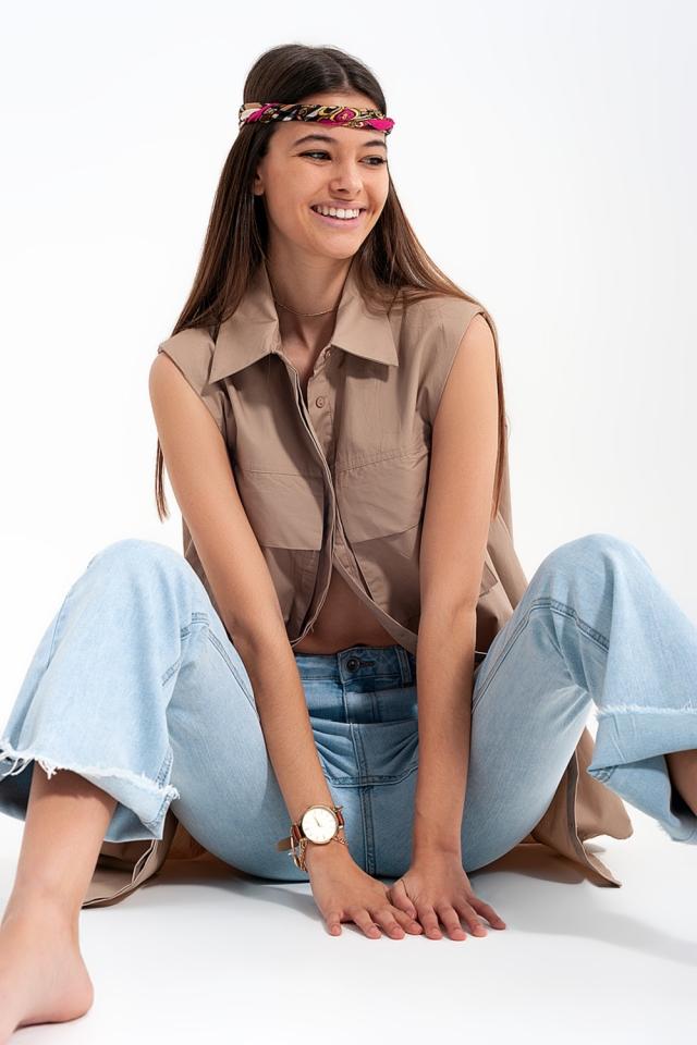 Chemise beige sans manches avec épaulettes et poches utilitaires