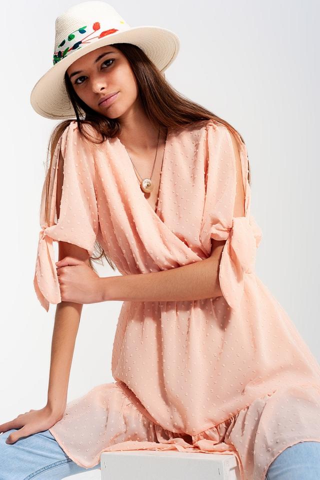Mini-robe à manches nouées en rose