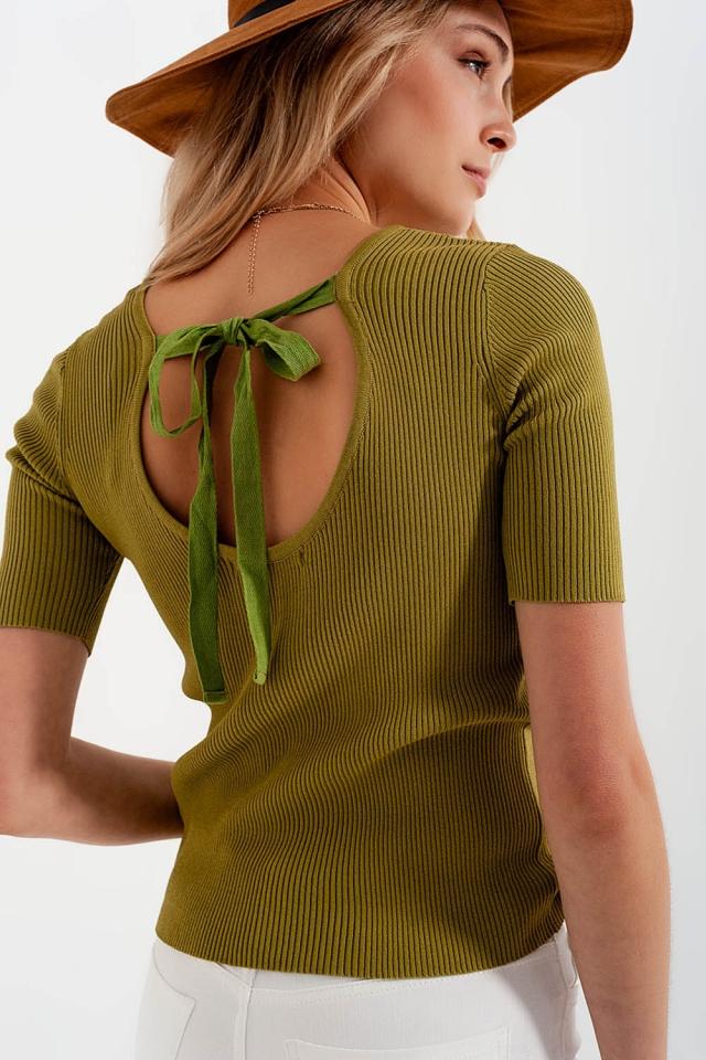 Pull vert en maille avec liens à nouer au dos