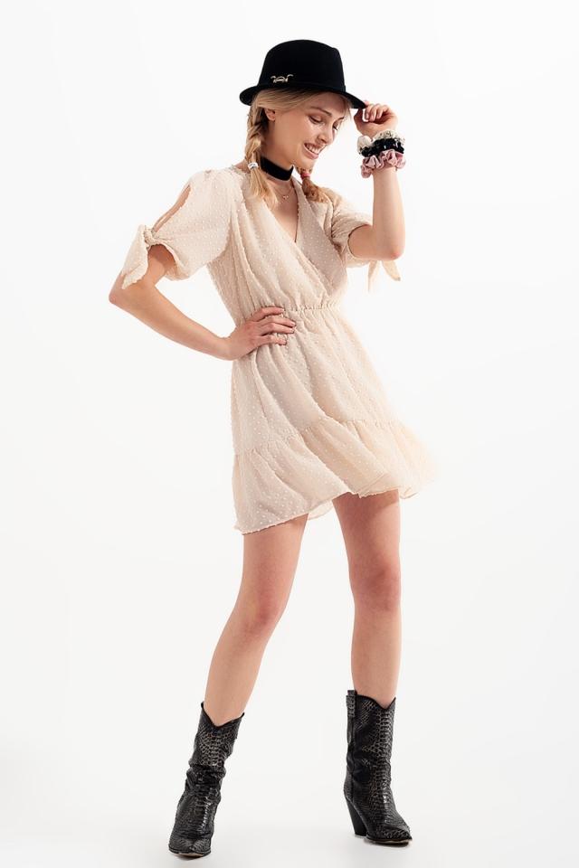 Mini-robe à manches nouées en beige