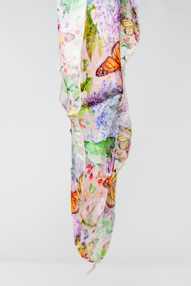Écharpe rose avec impression de papillons